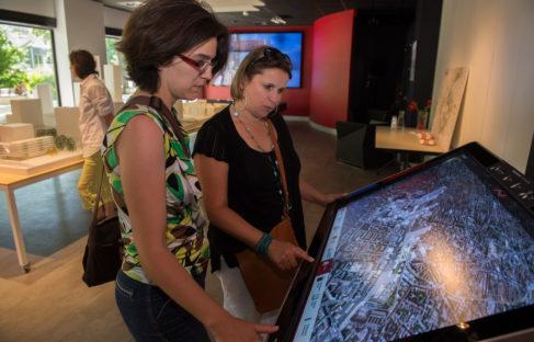 Tablette tactile District 3D à la Maison du projet Lyon Part-Dieu. © Crédits Laurence Danière.