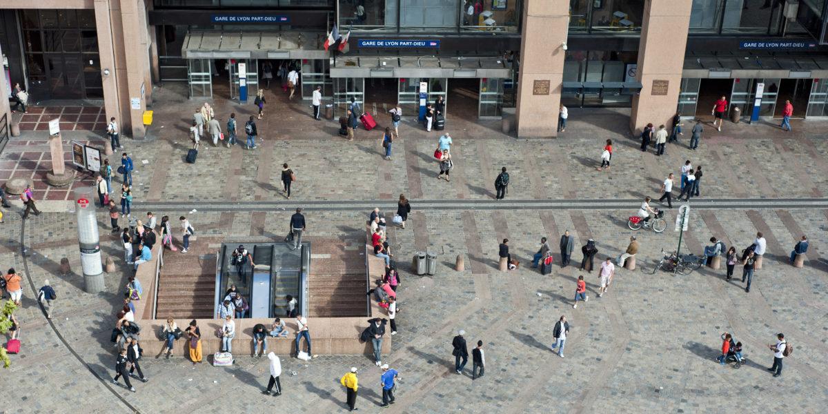 Vue aérienne de la gare Lyon Part-Dieu et de la place Charles Béraudier, avec l'entrée du métro. Un lieu de convergence de tous les modes de transports. © Crédits Grand Lyon.